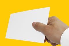 Dando la mano con la tarjeta vacía aislada fotos de archivo