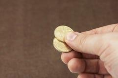 Dando le monete a qualcuno Immagine Stock
