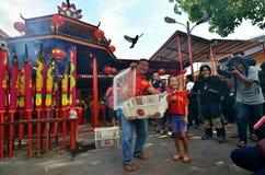 Dando libertà ad alcuni uccelli durante la notte di San Silvestro cinese, Jakarta immagine stock