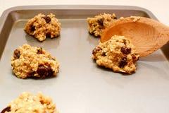 Dando a massa da cookie de passa da farinha de aveia em uma folha de cozimento Imagem de Stock Royalty Free