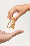 Dando o bracelete dourado Foto de Stock Royalty Free