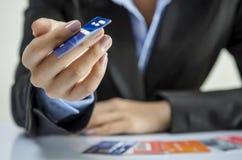 Dando o cartão de crédito Imagens de Stock