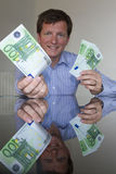 Dando o Euro 100 Imagens de Stock Royalty Free