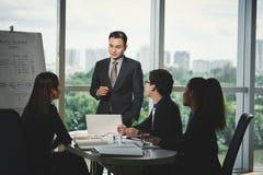 Dando o treinamento do negócio para gerentes foto de stock royalty free