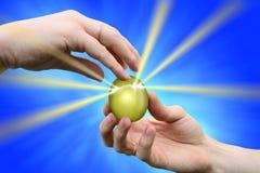 Dando a pascua el huevo de oro Imagen de archivo libre de regalías