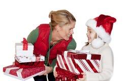 Dando presentes de Natal Fotografia de Stock Royalty Free