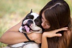 Dando a su perrito un abrazo Fotografía de archivo libre de regalías