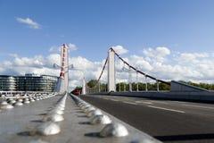 Dando um ciclo ao longo da ponte de Chelsea em Battersea, Londres Imagem de Stock