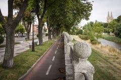 Dando um ciclo em um trajeto da bicicleta ao lado do rio de Arlanzon na cidade de Burgos, Espanha Imagens de Stock Royalty Free