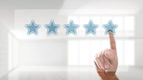 Dando uma avaliação de cinco estrelas Foto de Stock Royalty Free