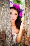 Dando una occhiata da dietro gli alberi fotografia stock