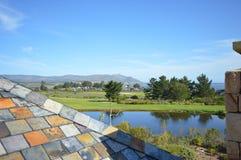 Dando una occhiata sopra un tetto in una proprietà di golf fotografia stock libera da diritti