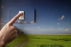 Dando vuelta con./desc. en el interruptor de la luz, concepto de ahorro de la energía Fotos de archivo