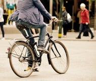 Dando vuelta a la izquierda, hombre en la bici Imagen de archivo