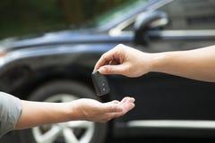 Dando y recibiendo llave del coche Fotografía de archivo