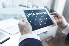 Dane analiza, biznesmen pracuje z cyfrową pastylką przy biurem obraz stock
