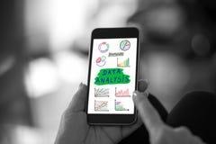 Dane analizy pojęcie na smartphone obraz royalty free