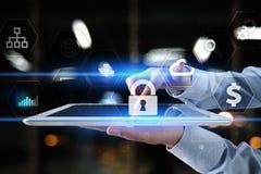 Dane ochrona, Cyber ochrona, ewidencyjny bezpieczeństwo i utajnianie, internet technologia i biznesu pojęcie zdjęcia royalty free
