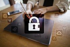 Dane ochrona, Cyber ochrona, ewidencyjny bezpieczeństwo i utajnianie, internet technologia i biznesu pojęcie obrazy royalty free
