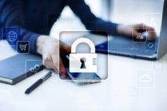 Dane ochrona, Cyber ochrona, ewidencyjny bezpieczeństwo i utajnianie, internet technologia i biznesu pojęcie fotografia royalty free