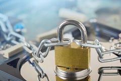 Dane ochrona, ewidencyjna ochrona i informaci osobistej obrona, Kłódka na ciężkiej przejażdżki dysku przy cd dyska tłem Pojęcie zdjęcia royalty free