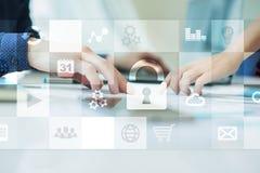 Dane ochrona i cyber ochrony pojęcie na wirtualnym ekranie obraz royalty free