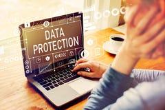 Dane ochrona z mężczyzna używa laptop obraz royalty free