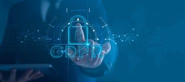 Dane ochrony prywatno?ci poj?cie GDPR UE Cyber ochrony sie? Biznesowego m??czyzny chronienia dane informacja osobista zdjęcie royalty free