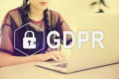 Dane ochrony przepis Pi?kna m?oda Azjatycka dziewczyna pracuje przy sklep z kaw? z laptopem zdjęcia stock