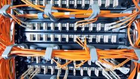 Dane serwery z pomarańcze drutami czopowali w one zdjęcie wideo