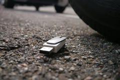 Dane strata, dane pogwałcenie. usb dopped na ulicie zdjęcia stock