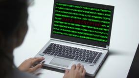 Dane utajniający na laptopie, kobieta pracuje w biurze, cyberprzestępstwo, zakończenie w górę zbiory wideo