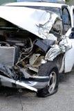 Danger d'accident de véhicule détruit par épave de voiture dangereux sur la rue de route photo libre de droits