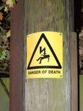 Danger jaune de signe de sécurité de la mort en dehors de shoc de l'électricité de poteau Image stock