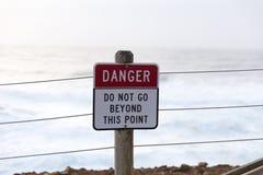 Danger - n'allez pas au delà de ce point photographie stock libre de droits