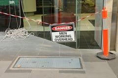 Danger noir, blanc et rouge, hommes travaillant le signe aérien Photo stock