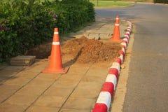Danger rouge de barrage de route de construction de cône images stock