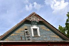 Dangereusement une échelle d'étape est placée sur un porche Photo libre de droits