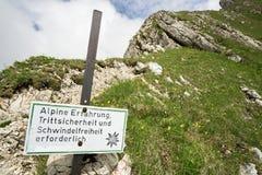 Dangerous trail conditions. Alpine Erfahrung, Trittsicherheit und Schwindelfreiheit erforderlich Stock Photo