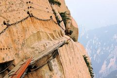 Dangerous walkway at top of holy Mount Hua Shan Royalty Free Stock Photos