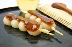 Dango Japans die dessert, met thee wordt gediend Stock Foto's