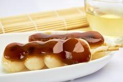 Dango Japans die dessert, met thee wordt gediend Stock Afbeeldingen