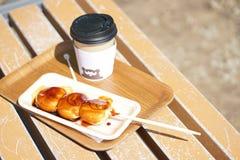 Dango y una taza de té caliente Dango es una clase de Japón tradicional fotografía de archivo