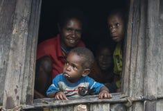 Dani在他们的门的部落家庭 免版税库存图片