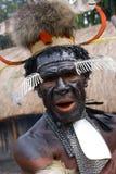 Dani部落画象在一样美丽的头饰的由羽毛做成 免版税图库摄影
