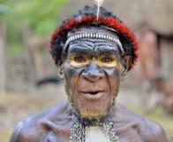 DANI-DORF, WAMENA, IRIAN JAYA, NEU-GUINEA, INDONESIEN, AM 15. MAI 2016: Schließen Sie herauf Porträt von Yali Mabel, der Leiter v Lizenzfreie Stockfotos