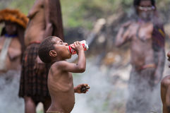 Dani plemienna chłopiec pije koka-koli zdjęcia stock