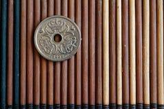 Dani ukuwa nazwę wyznanie jest jeden krone kłamstwem na drewnianym bambusa stole, dobrym dla tła lub pocztówki - tylna strona (ko Obrazy Stock