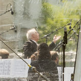 Daniel Barenboim conduisant derrière la protection contre la pluie Images libres de droits