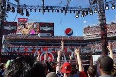 Daniel Bryan célèbre pendant qu'il ondule aux fans sur l'échelle photos libres de droits